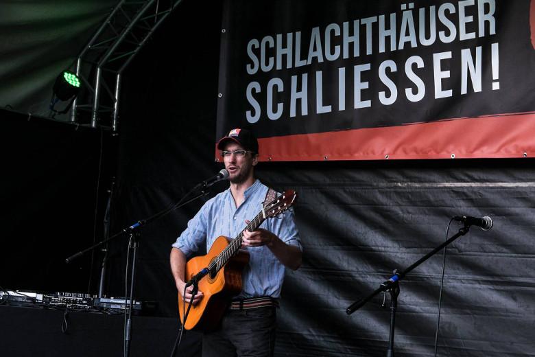 """Auftritt an der Demo """"Schlachthäuser schliessen!"""" am 6. August 2016 in Bern. Foto © Klaus Petrus"""